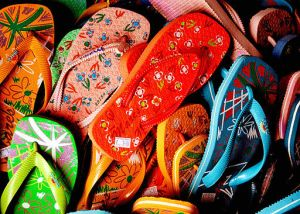 512px-Flip_flops_-_just_pick_one_up